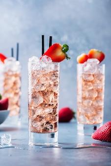 Cocktail estivo con fragole e ghiaccio