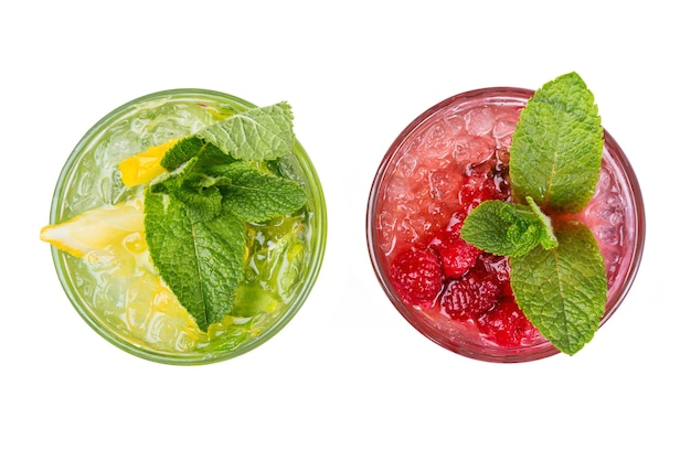 Cocktail estivi con ghiaccio, isolati su bianco. succo fresco in bicchieri. bevanda mojito dalla vista dall'alto.