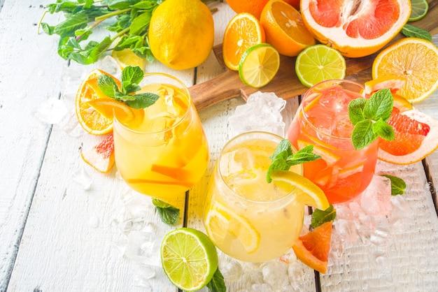 Bevande fredde estive, cocktail di sangria con limonata alla frutta, bevande infuse con vari agrumi - arancia, limone, pompelmo, lime, con spazio di copia di frutta fresca