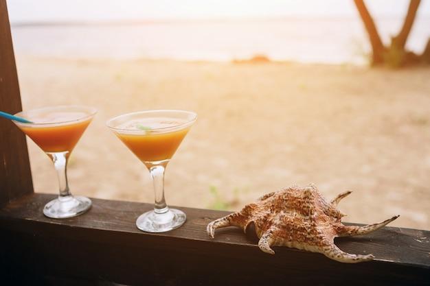 Concetto di estate: cocktail esotici freschi sul bordo di legno