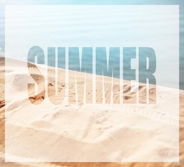 Concetto estivo, testo sullo sfondo della spiaggia del mare.