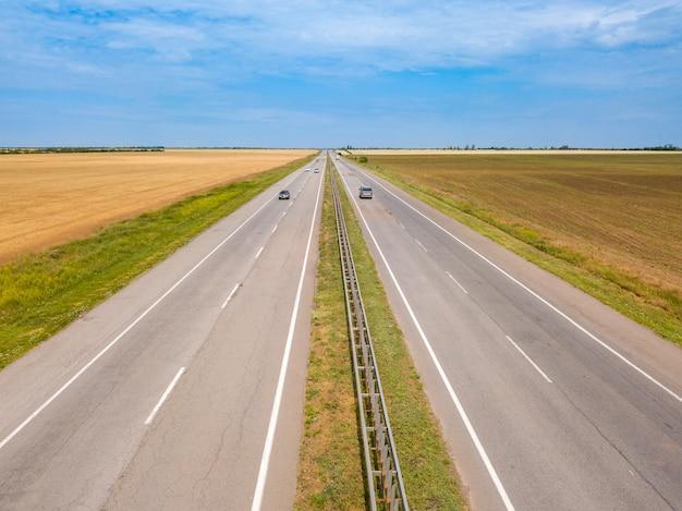 Giorno d'estate. una vista dall'alto di una strada di campagna nel paesaggio del campo. vista aerea