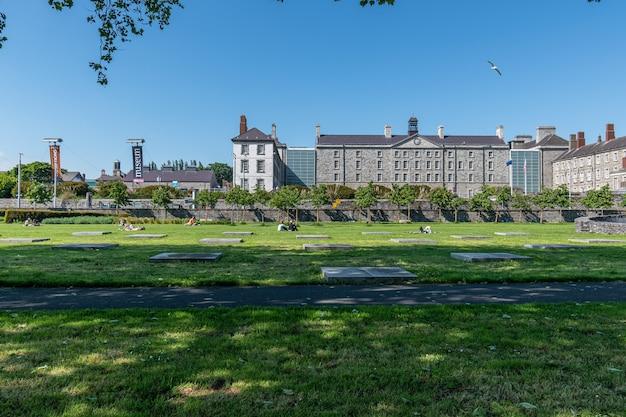 Giornata estiva nella città di dublino, persone che si godono il sole nel croppies acre memorial park