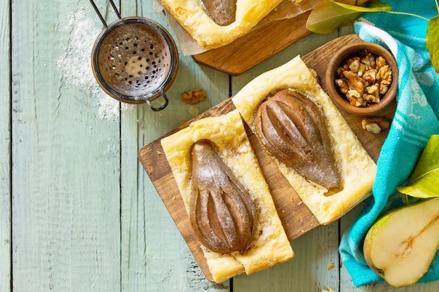 Dolce estivo torta fatta in casa pasta sfoglia con pere e farcita con crema di noci vista dall'alto