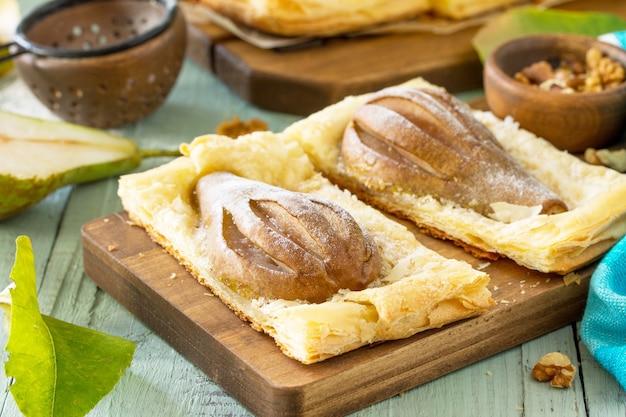 Dolce estivo torta fatta in casa sfoglia con pere e farcita con crema di noci