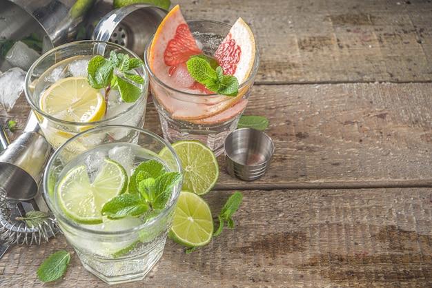Concetto di bevanda disintossicante estivo. agrumi con ghiaccio. cocktail dietetico sano con la creazione di strumenti da bar. acqua fortificata con vitamine
