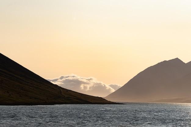 Tramonto drammatico di estate nei fiordi occidentali dell'islanda