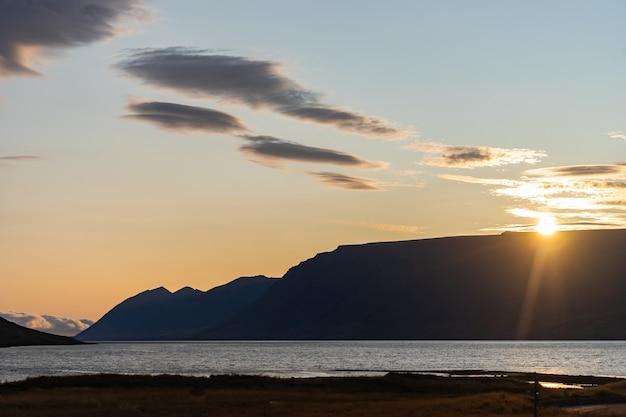 Tramonto drammatico di estate nei fiordi occidentali dell'islanda.