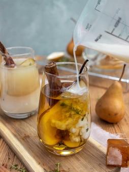 Bevanda estiva con ghiaccio e pera