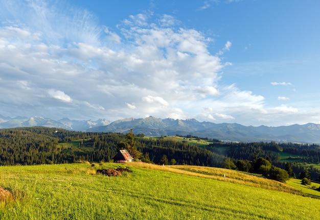 Serata estiva alla periferia del villaggio di montagna e dietro la catena dei tatra
