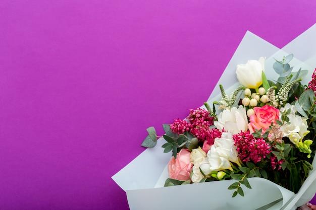 Mazzo del fiore di estate su fondo porpora lilla con il posto per testo.