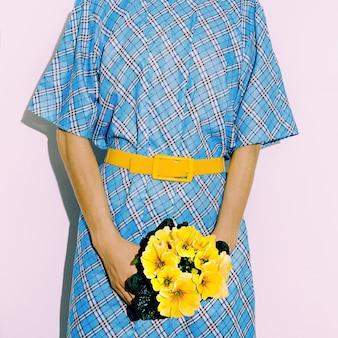 Estate. fiori. accessori cintura. stampa a scacchi. stile da donna alla moda
