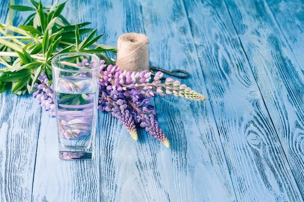 Fiori di estate con acqua di vetro al giardino