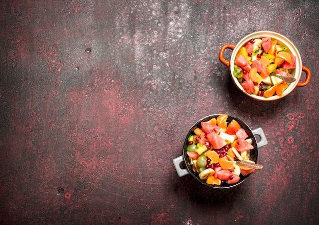 Cibo estivo. insalata tropicale di frutta esotica.