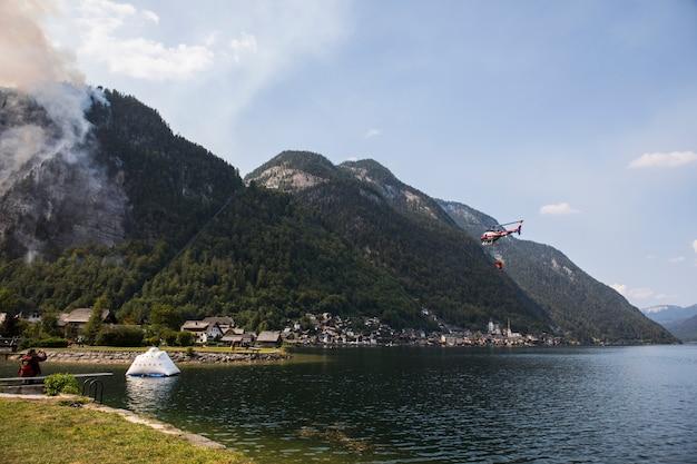 Incendio di foresta estivo nella città di hallstatt, nel nord dell'austria. europa