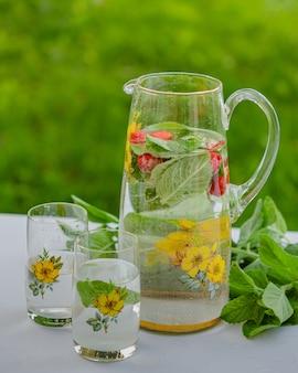 Nel giardino estivo di una casa di campagna. buon fine settimana estivo, relax. bibita analcolica (limonata) con menta e foglie di menta, un prodotto salutare