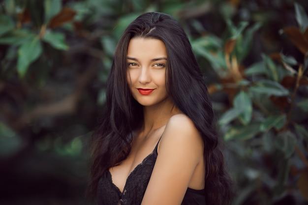 Ritratto di ragazza estiva. donna asiatica che sorride felice sulla soleggiata giornata estiva o primaverile fuori nel parco