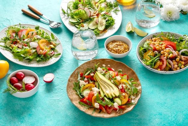 Insalata estiva di verdure sane con avocado, cetriolo, ravanello, peperone e pomodoro. insalata di verdure sana di estate. cibo salutare.