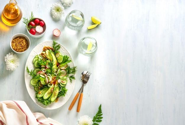 Insalata estiva di verdure sane con cetrioli, ravanelli e pomodori. cibo sano. vista dall'alto.