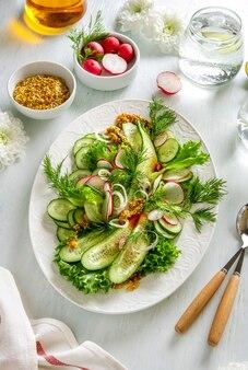 Insalata estiva di verdure sane con cetrioli, ravanelli e pomodori. cibo salutare.