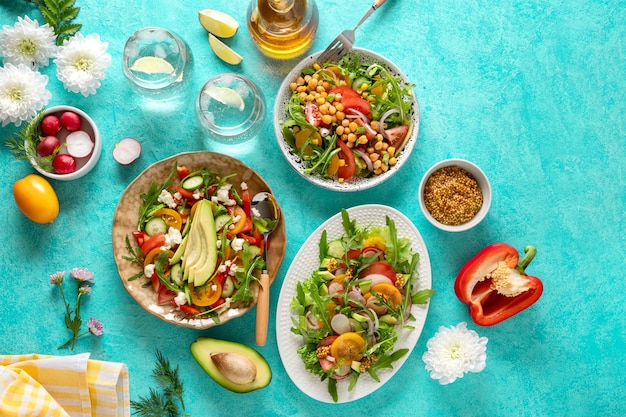 Insalate estive di verdure sane con avocado, cetriolo, ravanello, peperone e pomodoro. insalata di verdure sana di estate. cibo sano. vista dall'alto.