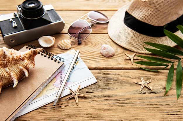 Fondo di vacanza estiva, concetto di viaggio con la macchina fotografica sulla tavola di legno