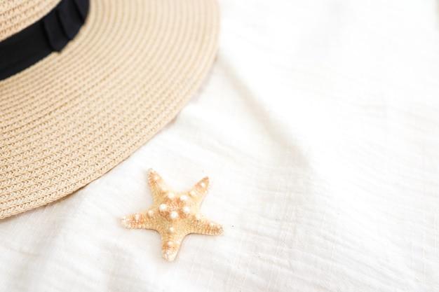 Vacanze estive vacanze pronte che si rilassano sul fondo della spiaggia