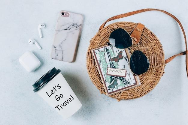 Concetto di vacanza vacanze estive. borsa da spiaggia e accessori