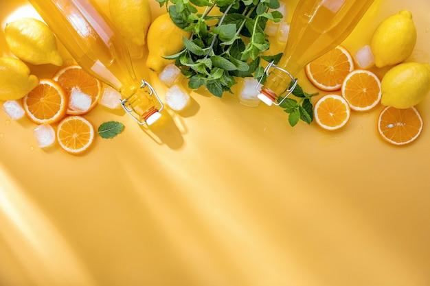 Vista dall'alto degli ingredienti della limonata fatta in casa estiva, sfondo culinario con spazio di copia per un testo