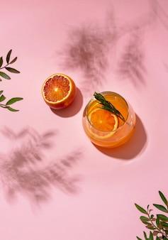 Cocktail alcolico di ghiaccio estivo servito sotto la luce del sole estivo, vista dall'alto. stile retrò alla moda con le ombre.