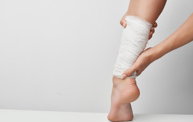 Infortunio estivo fasciatura della gamba femminile problemi di salute dolore