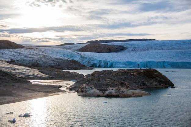 Paesaggio estivo nei fiordi di narsaq, groenlandia sudoccidentale