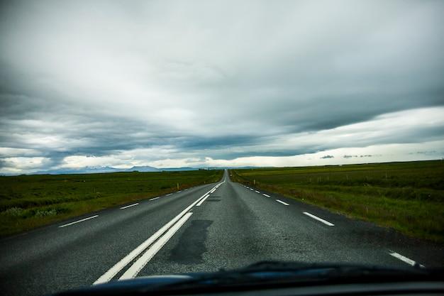 Paesaggio estivo e strada nel sud dell'islanda, l'europa.