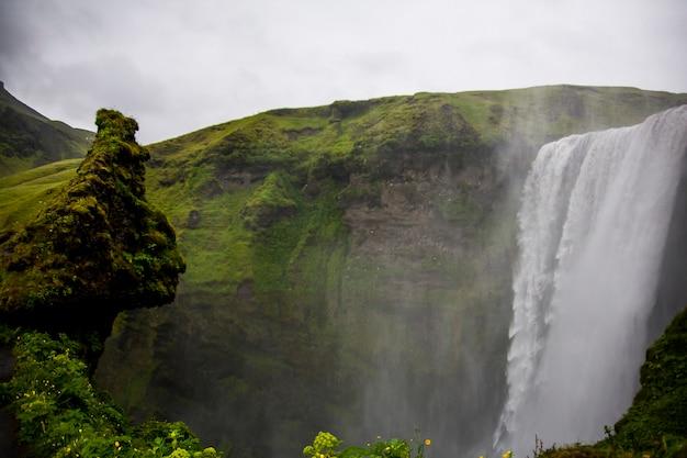 Paesaggio estivo in cascata skogafoss, sud dell'islanda, l'europa.