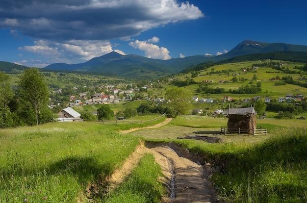 Paesaggio estivo con strada in un paesino di montagna