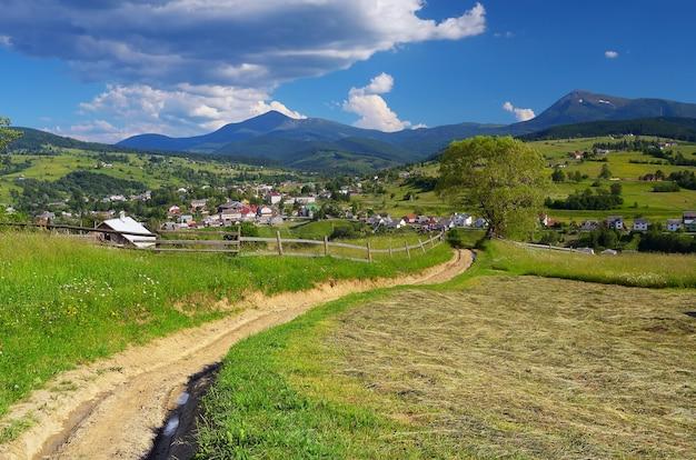 Paesaggio estivo con un villaggio di montagna