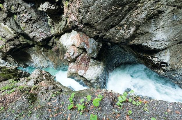 Estate liechtensteinklamm gola con ruscello e cascate in austria (vista dall'alto)