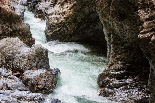 Gola estiva di liechtensteinklamm con ruscello e cascate in austria.