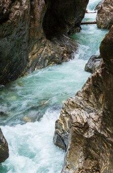 Gola estiva del liechtensteinklamm con ruscello e cascate in austria
