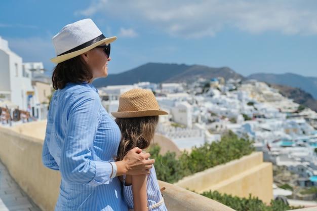 Vacanze estive in crociera nel mar mediterraneo sull'isola greca di santorini