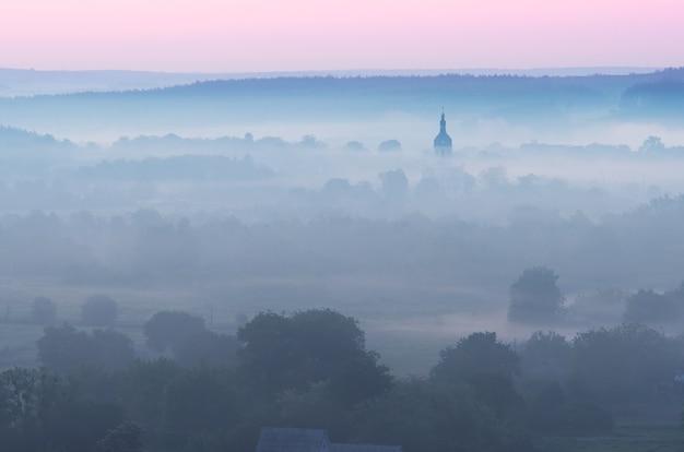 Mattina d'estate. nebbia nella valle sopra il fiume