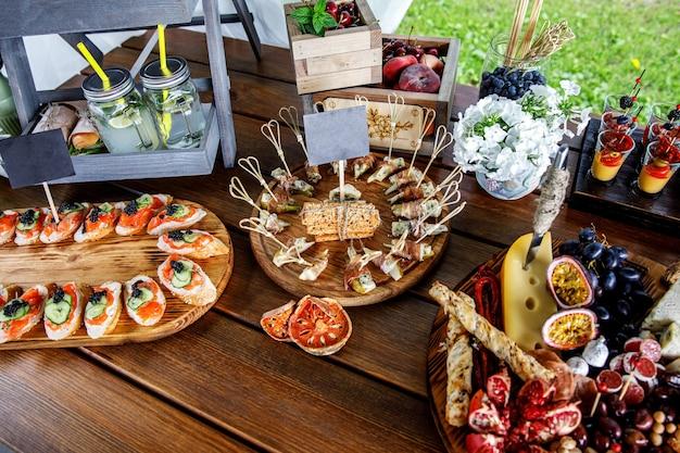 Spuntini per feste estive sul tavolo di legno.