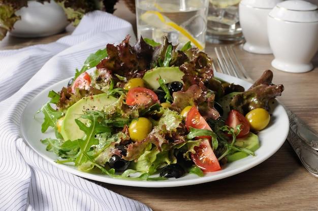 Insalata estiva - con avocado, olive, pomodori in salsa di lattuga, salsa di senape e aglio