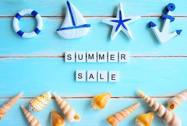 Accessori della spiaggia di progettazione dell'insegna del testo di vendita di estate sul bordo di legno, concetto di affari di estate