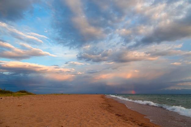Vista sul mare, nuvole e acqua di estate
