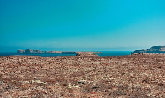 Spiaggia estiva con scogliere, costa rocciosa al pomeriggio soleggiato. il concetto di viaggio, tempo libero, turismo.