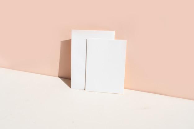 Scena di mock-up di cancelleria estiva. biglietto da visita in bianco sul fondo della tavola strutturato beige, tonica