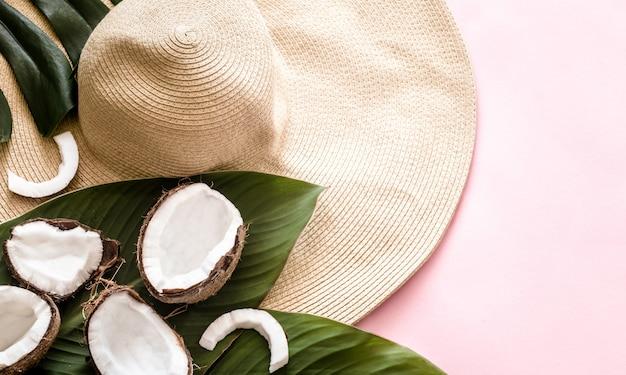 Estate natura morta con cappello da spiaggia e cocco