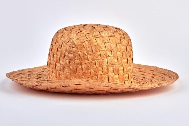 Cappello di paglia di estate isolato su bianco. concetto di moda vintage.