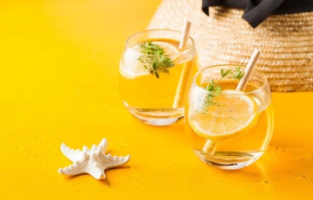 Cappello di paglia estivo rinfrescante stella marina di limonata sullo spazio giallo della copia